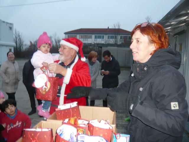 Weihnachtsmann Hilmar mit Kind und Sandra 12 16