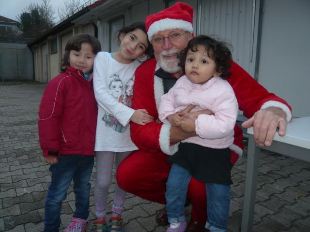 Weihnachtsmann Hilmar mit drei Mädchen 12 16