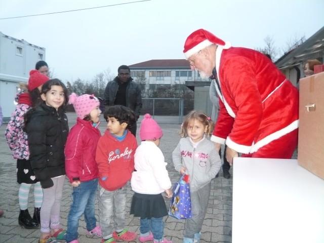 Weihnachtsmann Hilmr mit Kindern 12 16